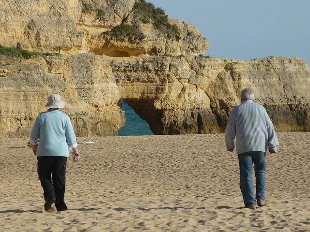 Personas mayores en la playa