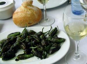 Pimientos de Padrón y vino de Galicia